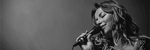 La cantante Charlotte Church utiliza el micrófono ATM610a en sus conciertos