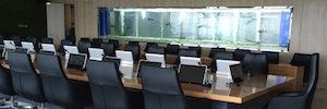 La sala de conferencias del parque tecnológico U-Park se equipa con los monitores retráctiles DynamicX2