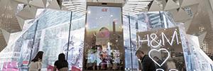 H&M instala un espejo inteligente, activado por voz, en su flagship store de Times Square