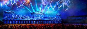 La plaza del Obradoiro vibra con un espectáculo multimedia y pirotécnico en la Noche del Apóstol