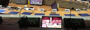 Arthur Holm explica las ventajas de utilizar monitores en las cabinas de interpretación