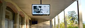 El museo de Charlie Chaplin opta por las pantallas Peerless-AV Xtreme outdoor para recibir a los visitantes