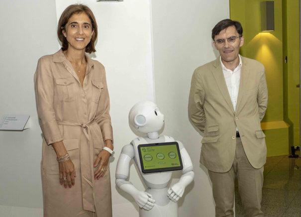 Alberto Durán, vicepresidente ejecutivo de Fundación ONCE, Pilar López, presidenta Microsoft España, con la robot PACA