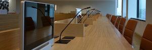 Los monitores plegables AH2 equipan la nueva sala de dirección de la francesa CPAM