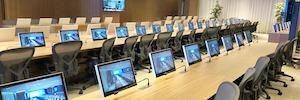 Arthur Holm crea con sus monitores retráctiles DB2 un entorno corporativo productivo y estético