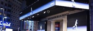 'The Runner' activa a los transeúntes a través de las pantallas exteriores de Super8 Media