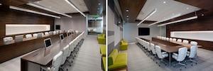 Los monitores Dynamic2 de Arthur Holm centran la sala de dirección de la sede de Adobe