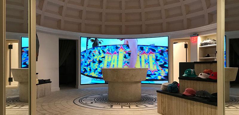 Una pantalla Led curva envuelve a los aficionados al monopatín en la nueva tienda de Palace Skateboards